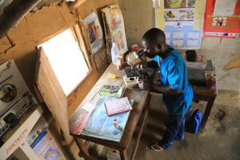 En Afrique, les infirmiers de brousse sont souvent également laborantins. Recherche de goutte épaisse. (Kwilu, RDC)